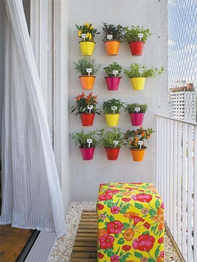 Balcón con macetas de colores