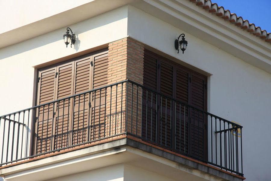 Balcón con mallorquinas plegables en PVC