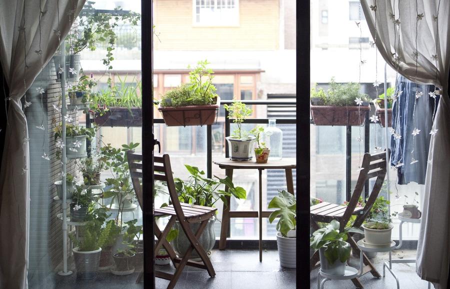 Balcón con mobiliario y accesorios de jardín de IKEA