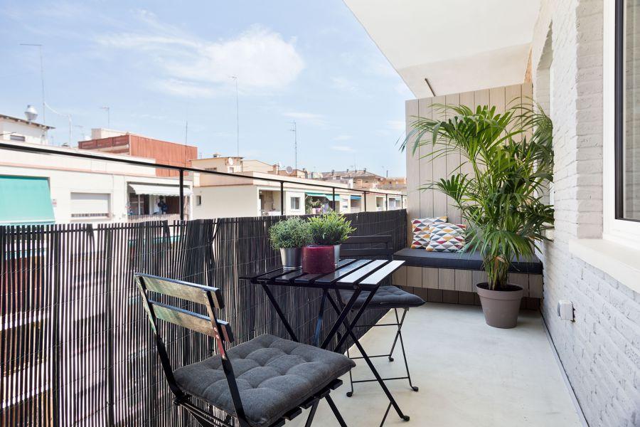 Balcón con muebles