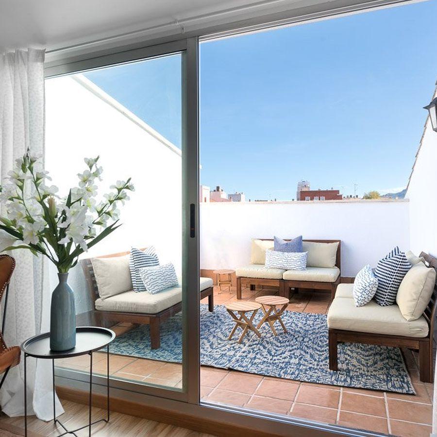 Balcón con muebles estilo mediterráneo