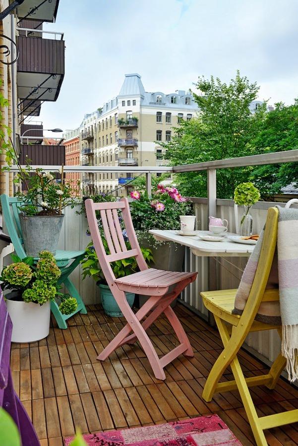 balcón con sillas de color