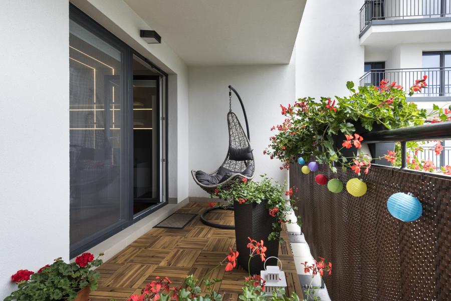 Balcón con suelo de composite imitación madera y celosía en la barandilla