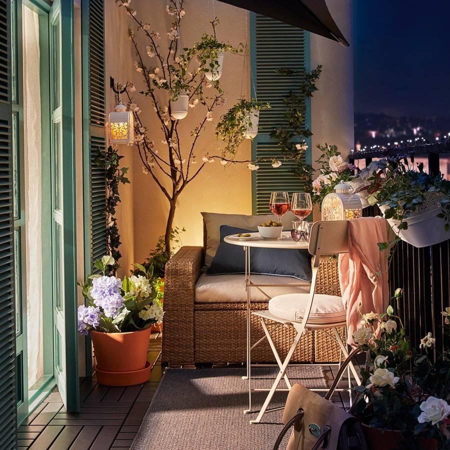 balcón decorado con objetos de IKEA
