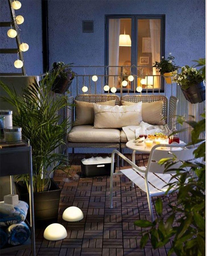 Balcón decorado e iluminado