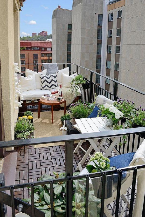 Balcón estilo nórdico con flores