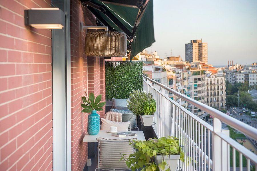 Balcón estrecho con muebles de terraza y toldo