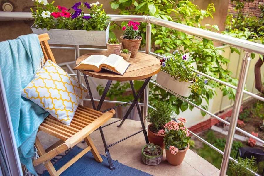 balcón pequeño con plantas en la barandilla