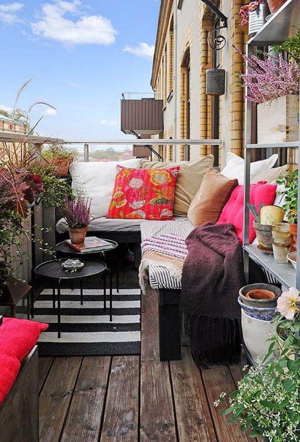 Balcón pequeño con sofá y cojines