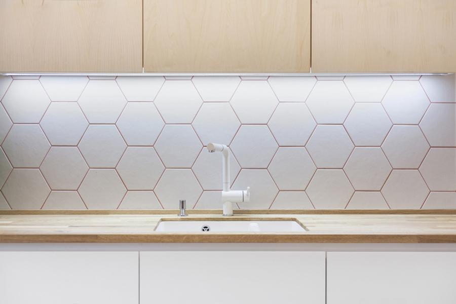Piso con truco reforma con mobiliario inteligente ideas arquitectos - Baldosas hexagonales ...