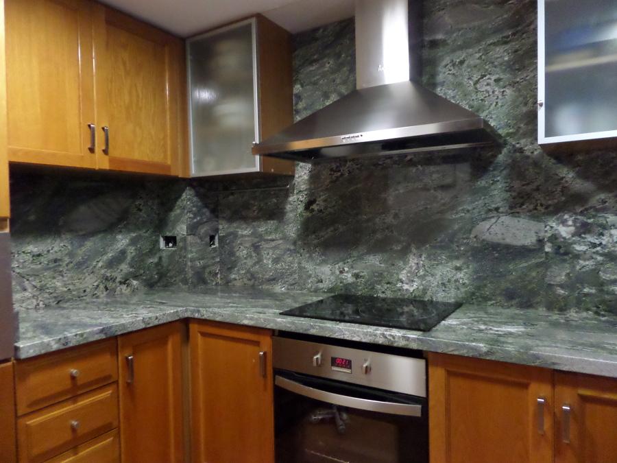Bancada de cocina y aplacado en granito verde everglades for Colores de granito para encimeras de cocina