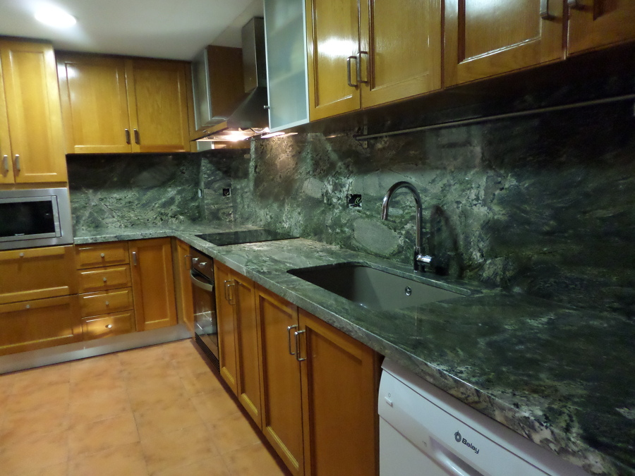 Foto bancada y aplacado en granito verde everglades de for Cocinas de granito precio