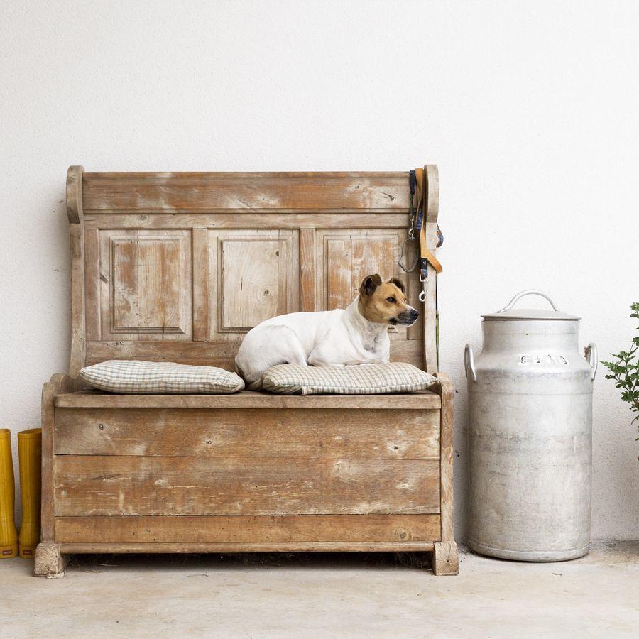 banco de madera con respaldo restaurado