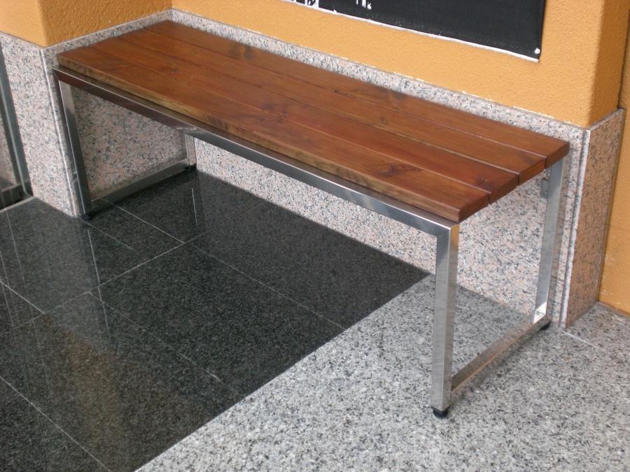 Foto banco en acero inox y madera pino tratada de for Madera de pino tratada