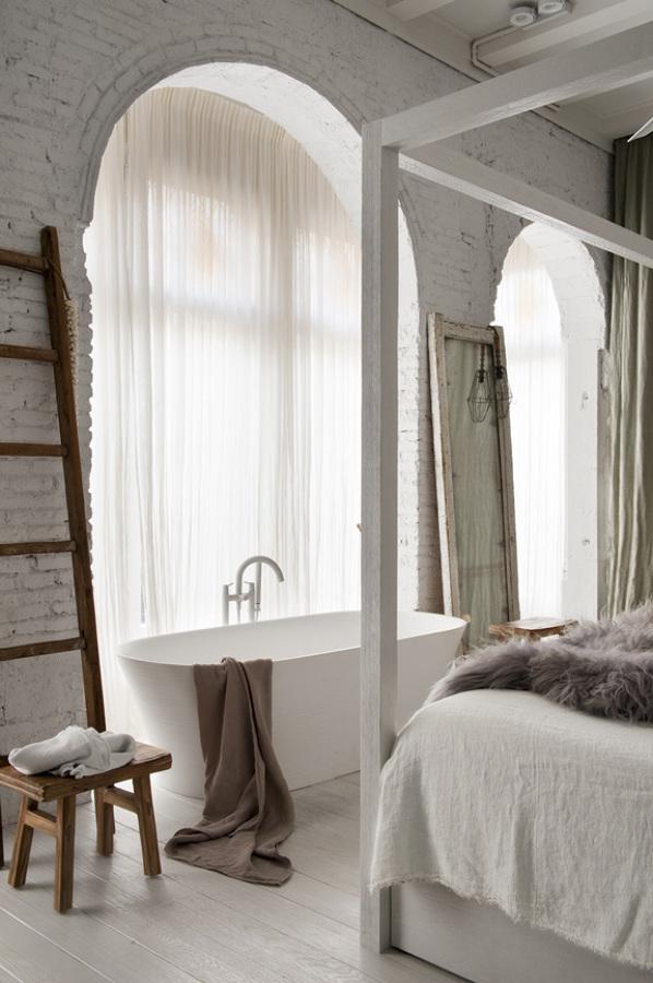 Bañera en dormitorio