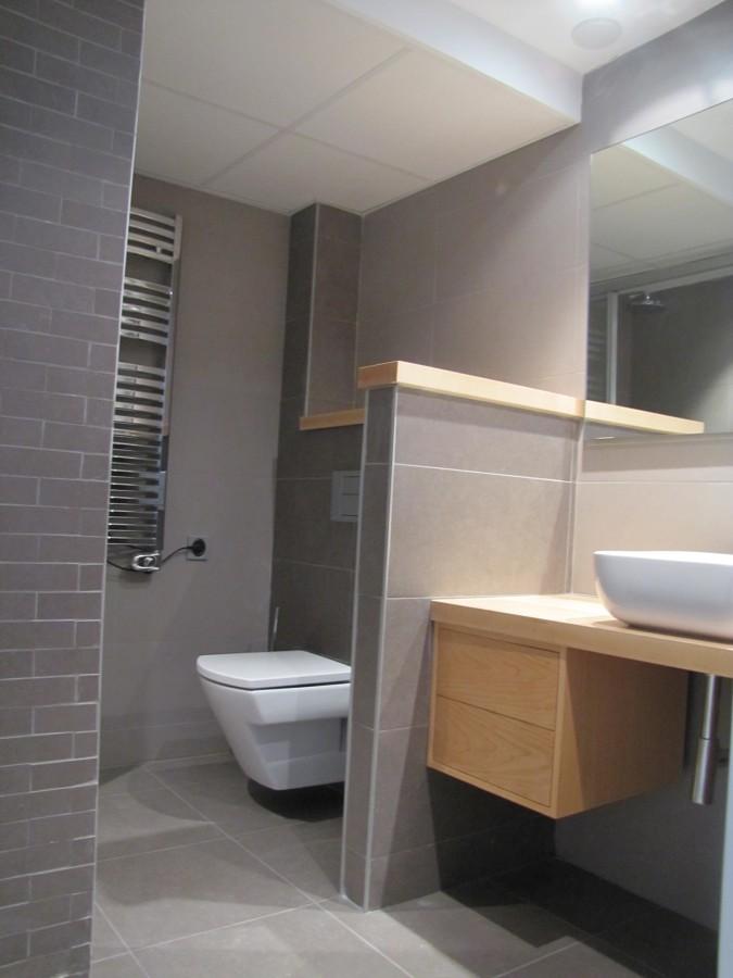 Baño 1 con mueble de arce y dos tonos de porcelanico