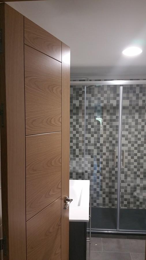 Alicatado y solado de baño, plato de ducha de carga mineral.jpg
