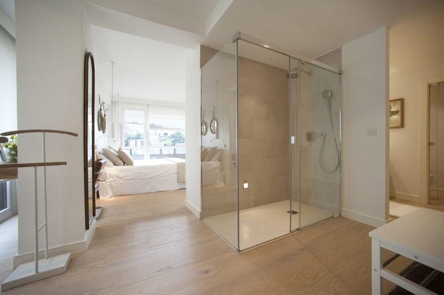 Baño abierto al dormitorio sin luz natural