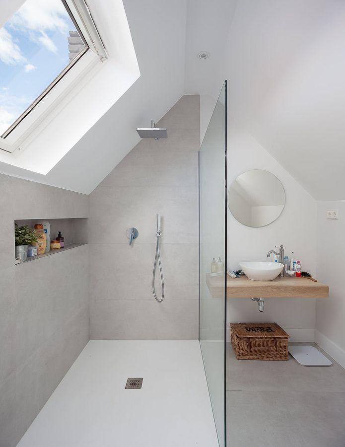 Baño abuhardillado con ducha y hornacina o nicho en la pared.