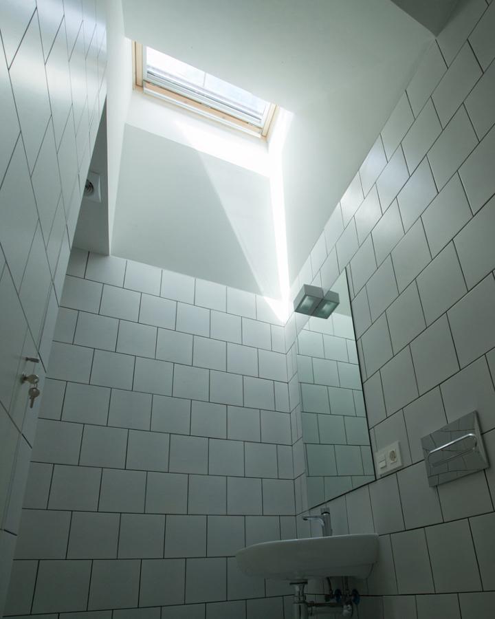 Baño abuhardillado con lucernario