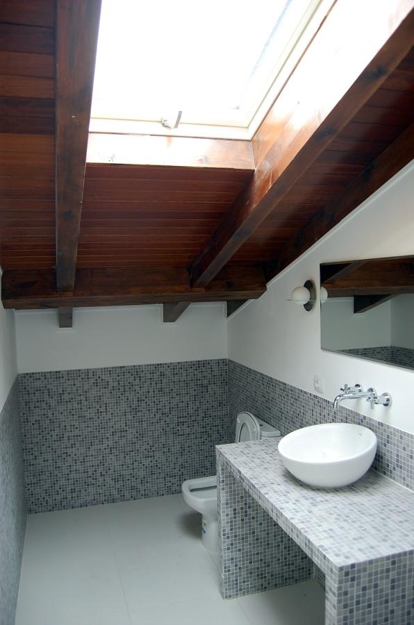 baño abuhardillado