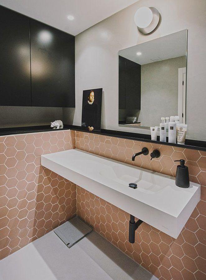 Baño azulejos geométricos rosa empolvado