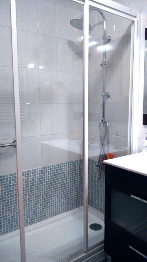 Sustituci n ba era por ducha en c ceres ideas reformas ba os for Baldosas blancas bano