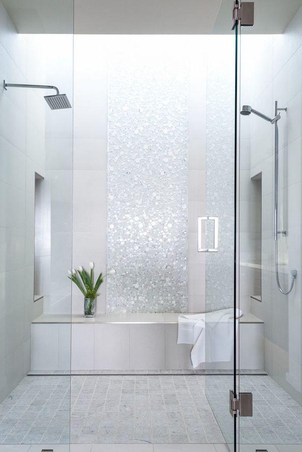 Baño blanco con mampara de cristal abatible