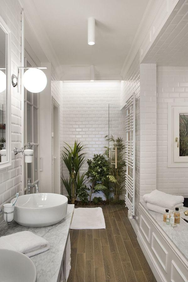 Baño blanco con planta rectangular y ladrillo metro
