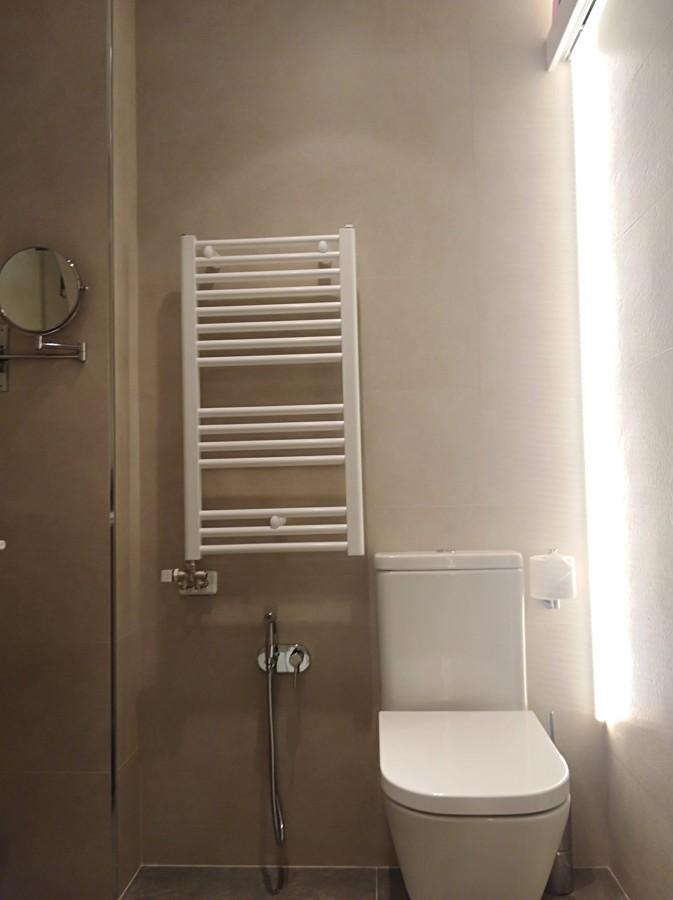 Baño compacto y radiador toallero