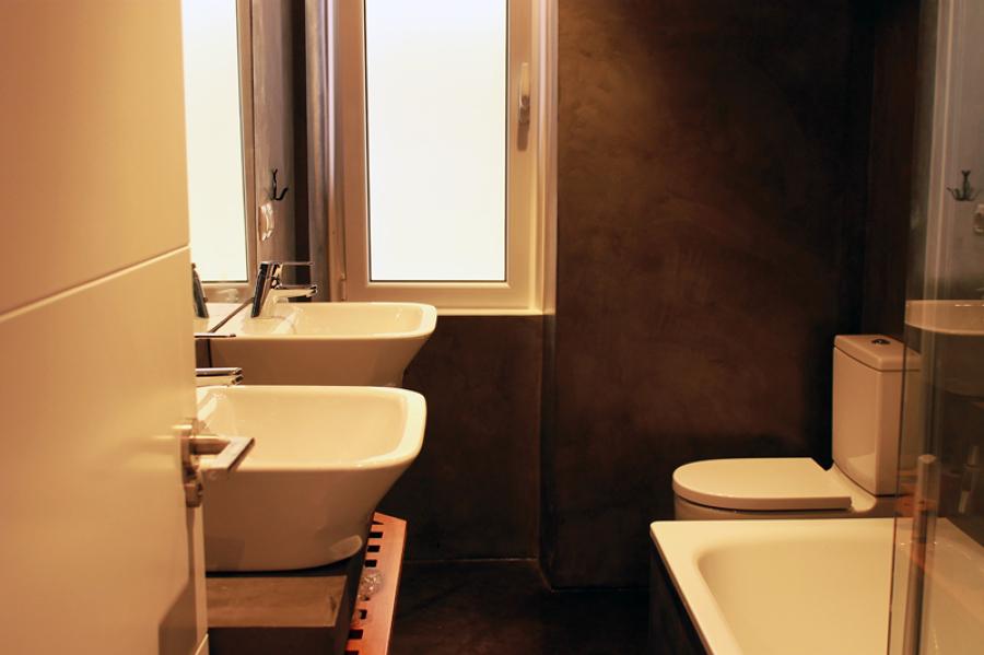 Baño con acabado de microcemento