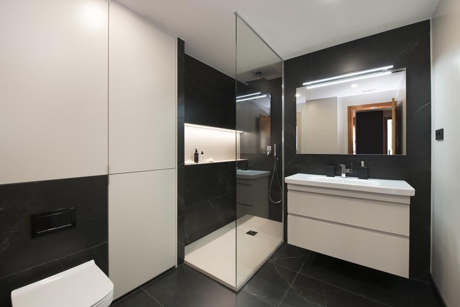 Baño con acabados en blanco y negro