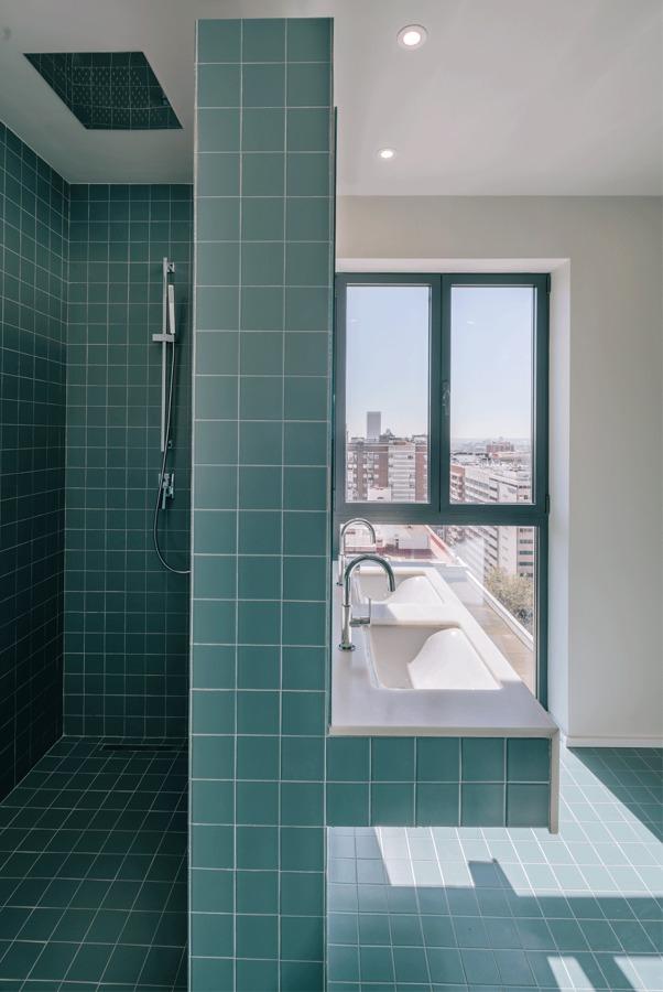 baño con alicatado de color