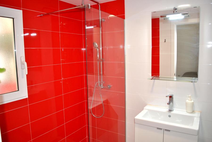 Foto ba o con alicatado de ducha rojo 1398147 habitissimo - Alicatado de banos ...