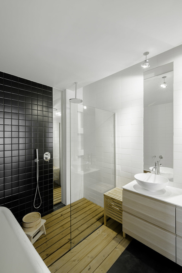 Baño con alicatado negro