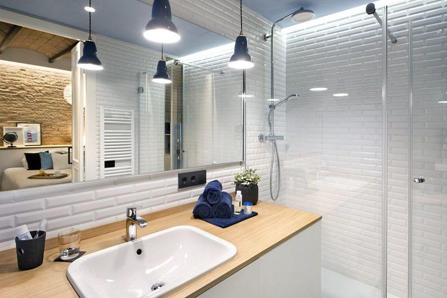 baño con azulejo tipo metro, techos pintados y mampara