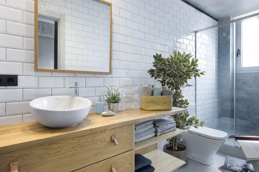 baño con azulejo tipo metro y mueble de madera