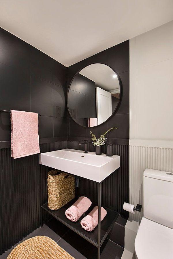 Baño con azulejos en negro