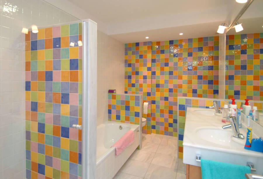 Foto ba o con azulejos pintados de muchos colores - Azulejos de colores para banos ...