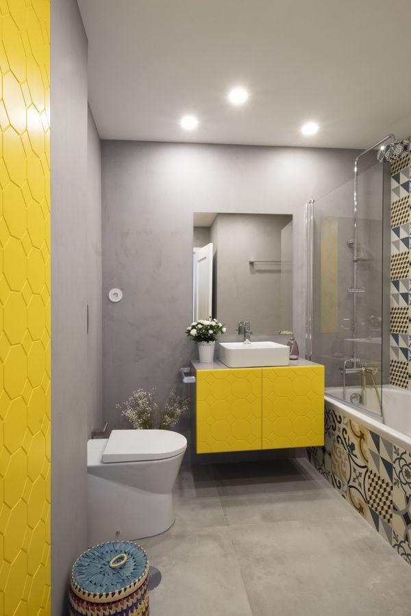 Baño con azulejos pintados en amarillo