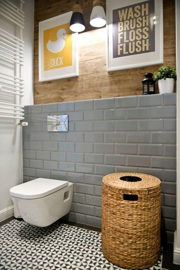 Foto ba o con azulejos tipo metro pintados y madera de for Cubrir azulejos bano