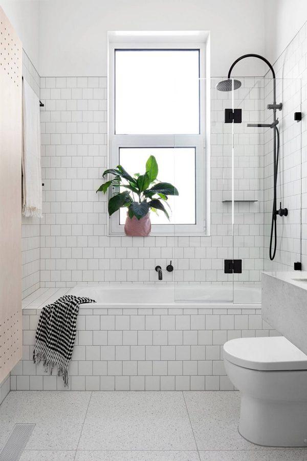 Baño con baldosas metro