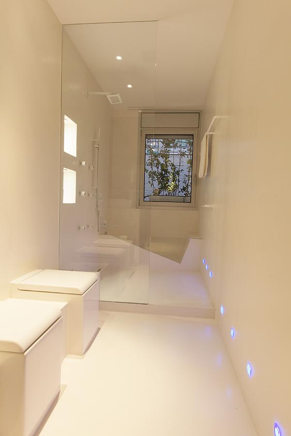 Baño con bañera cristal