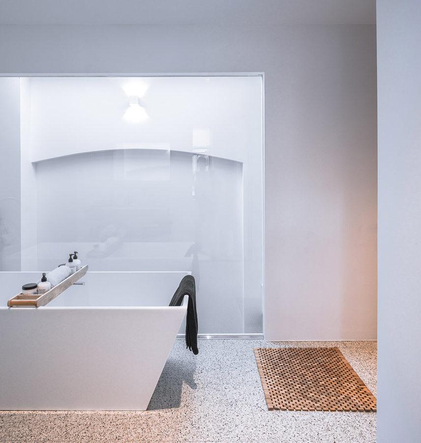 baño con bañera de hierro