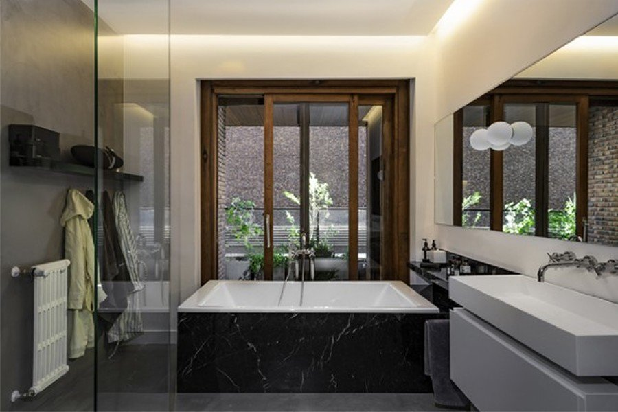 Baño con bañera de mármol