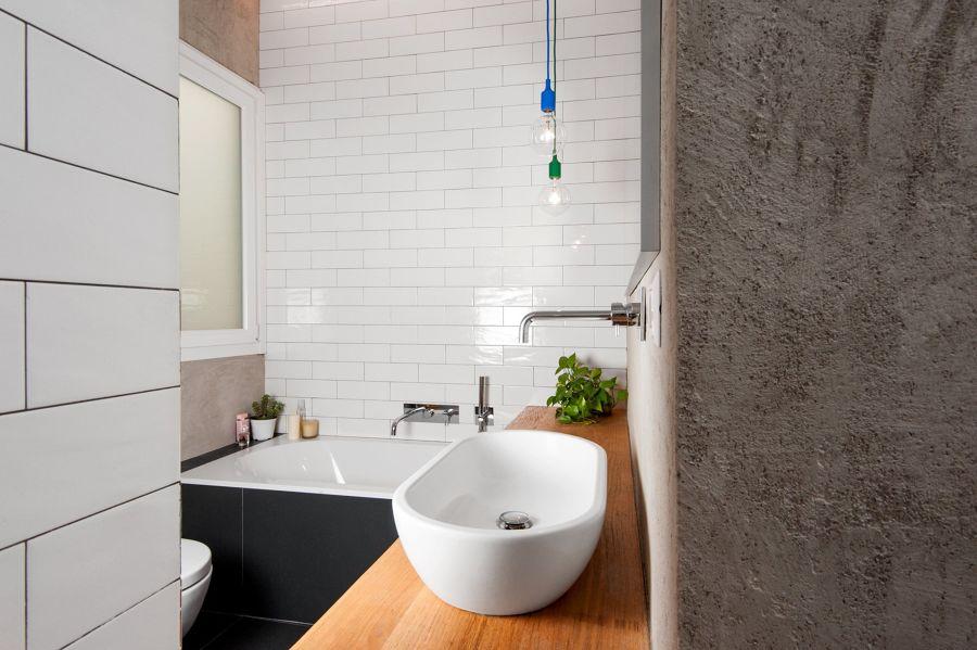 Baño con lavabo y bañera blancas
