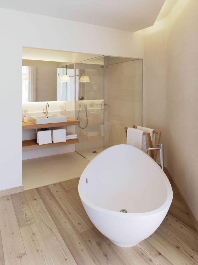 baño con bañera exenta y ducha de obra