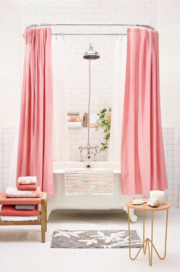 Baño con bañera y cortinas en rosa