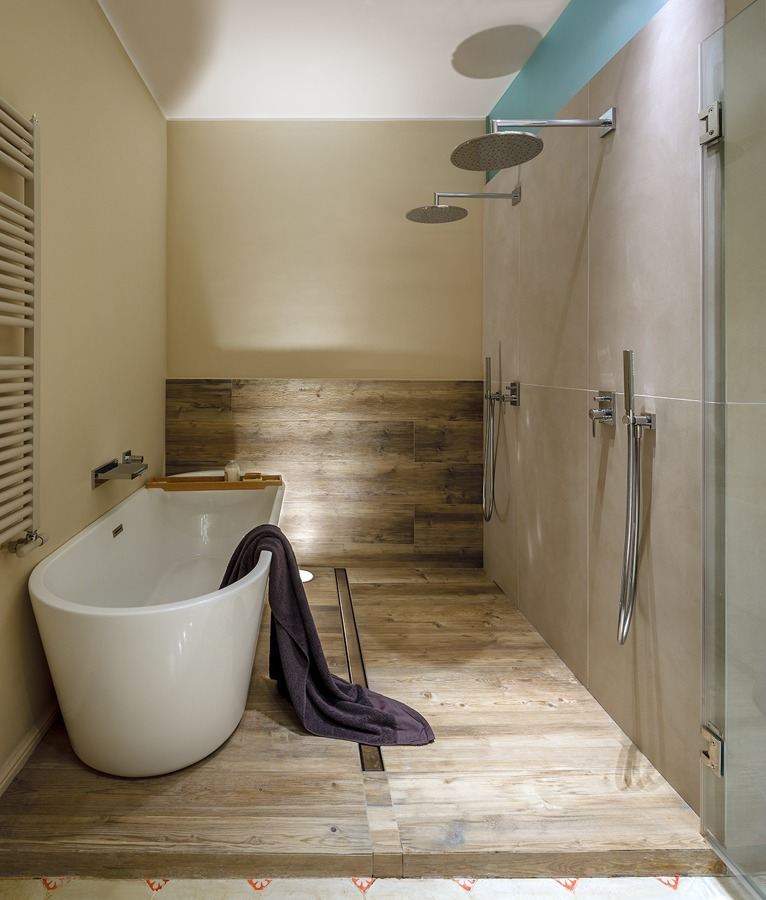 Baño con bañera y ducha de estilo romántico