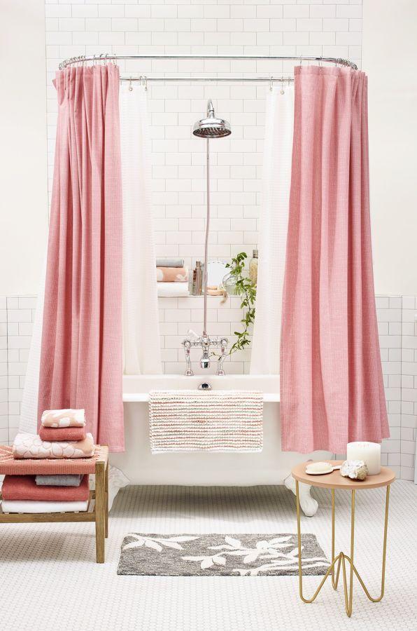 Baño con cortinas en rosa